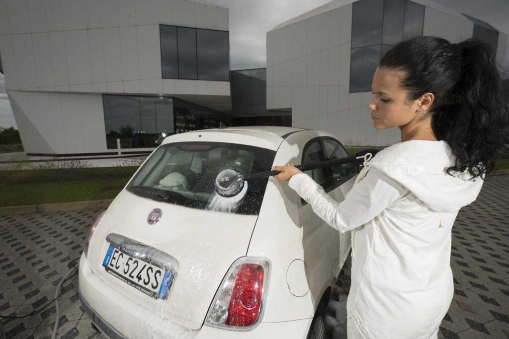 come pulire i vetri della macchina