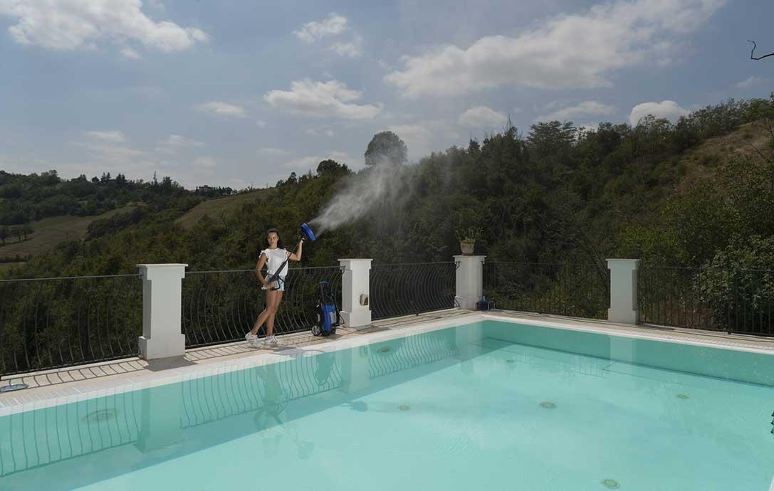 donna che pulisce piscina con idropulitrice