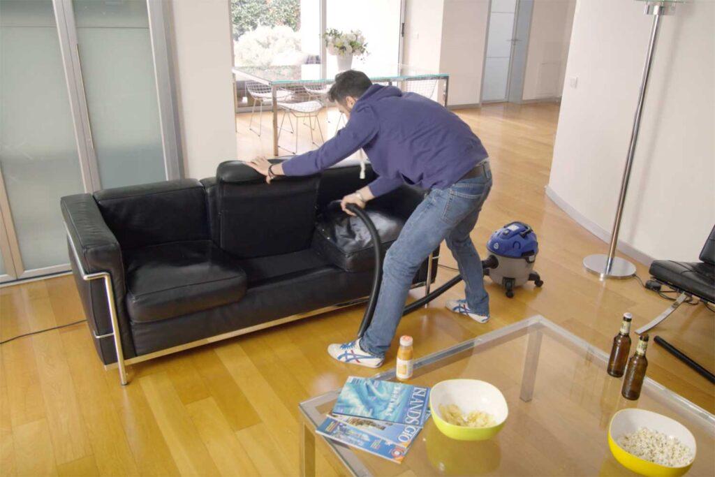 pulizia del divano con aspiratore