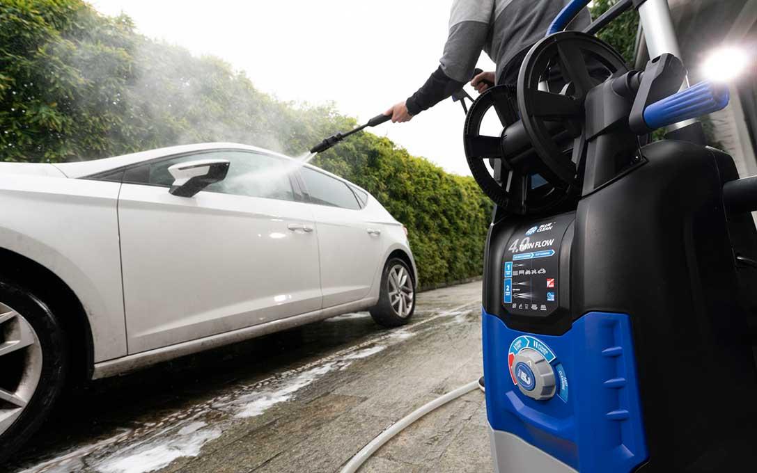 pulire la macchina con idropulitrice