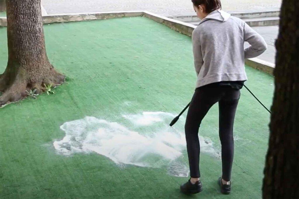 come si pulisce erba sintetica