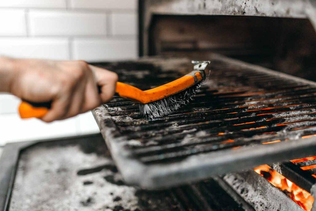 come-pulire-il-barbecue-spazzola