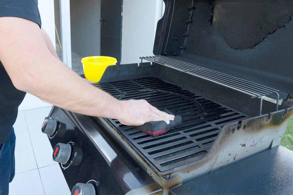 come-pulire-il-barbecue-spugna
